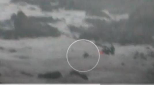 Un guardia civil se lanza al mar para salvar a ocho subsaharianos