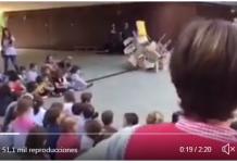 Profesor separatista da sermón-mitin en el patio de un colegio