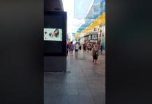 Una marquesina publicitaria de una céntrica calle de Madrid emite una película pornográfica