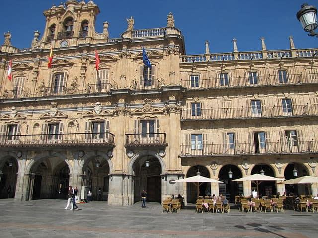 Maestro hace 172 pintadas con su nº de teléfono, Salamanca