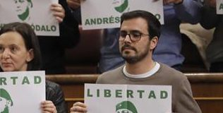 Alberto Garzón utiliza el embarazo de su mujer para ir de víctima
