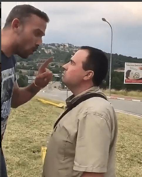 Independentista intenta agredir a un hombre por quitar cruces amarillas