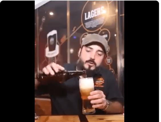 El vídeo que explica el motivo por el que debe tomarse la cerveza con espuma
