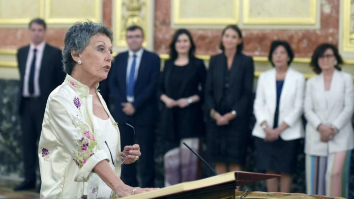 Rosa Mª Mateo siguiendo al okupa que la nombró también miente en su currículum