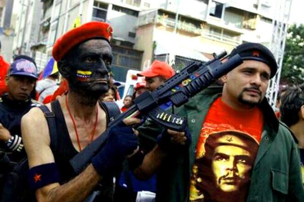 Maduro arma a sus colectivos chavistas para defender la dictadura