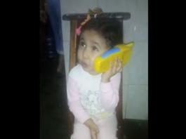 Niña venezolana a Maduro teléfono juguete