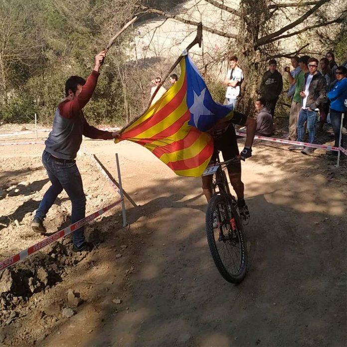 Vergonzoso ataque de un separatista a Carlos Coloma