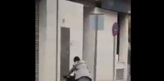 Inmigrante silla de ruedas grabada caminando