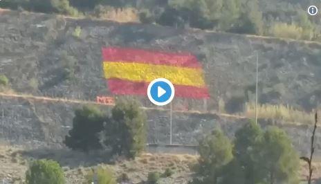 patriotas que pintan banderas de España en Cataluña