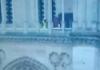Hombre paseando por Notre Dame incendia