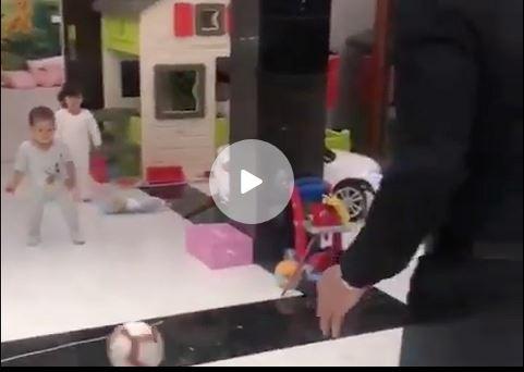 jugando con su hijo