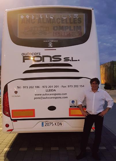 Puigdemont junto a uno de los autocares (Twitter)