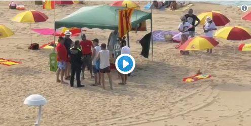 banderas de España en playas catalanas